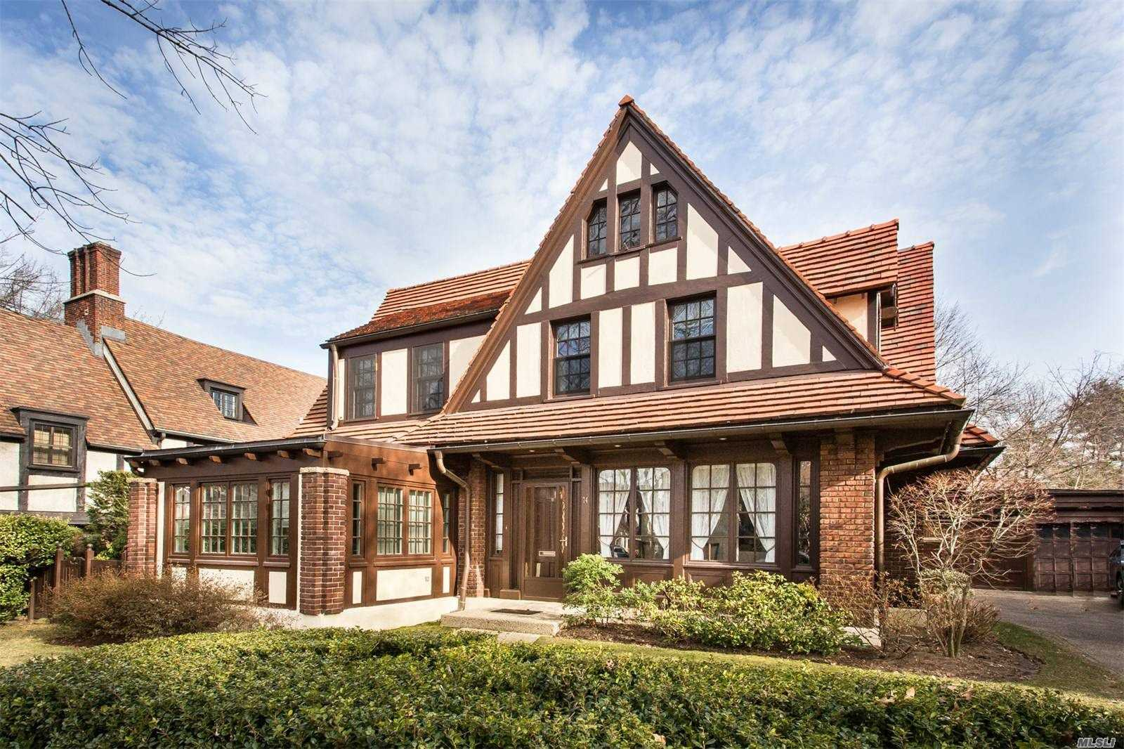 Residenziale in 74 Ascan Ave, Forest Hills, NY ,11375