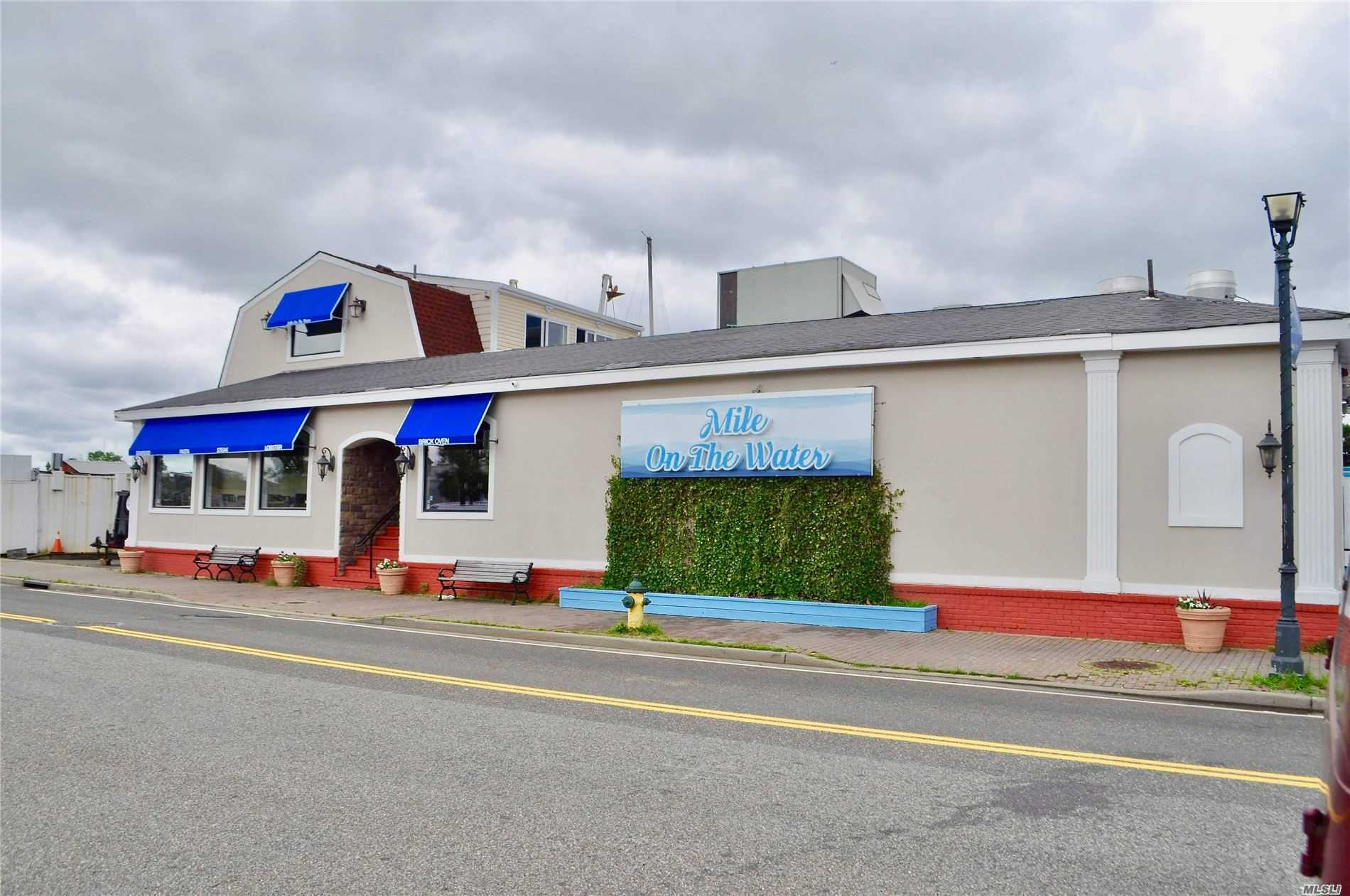 Acquisto commerciale in 229 Woodcleft Ave, Freeport, NY ,11520
