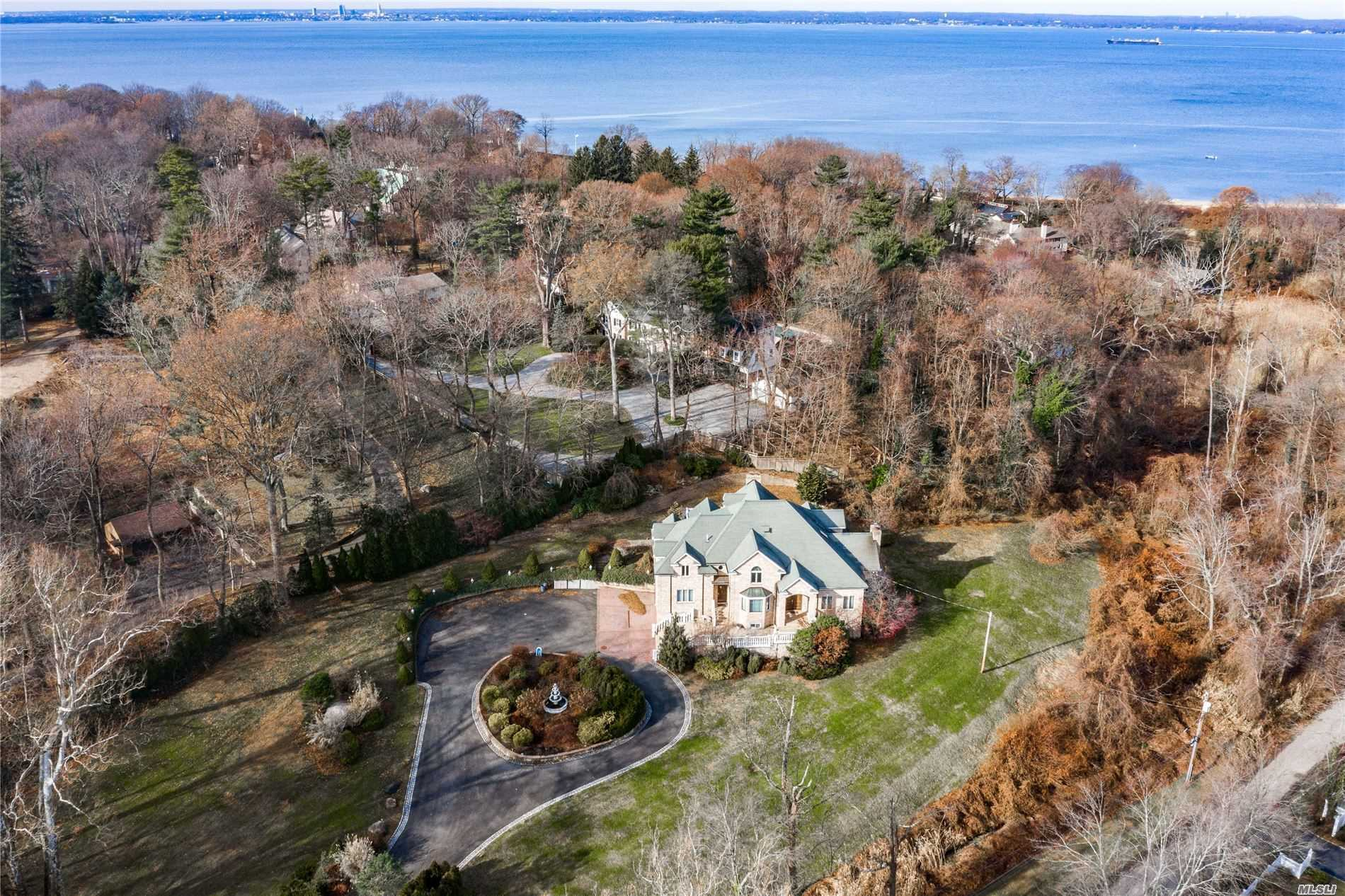 Residenziale in 17 Valley Rd, Glen Cove, NY ,11542