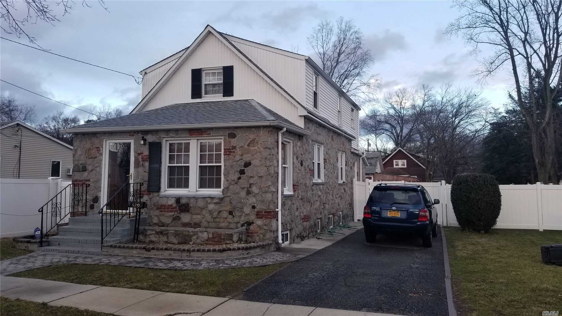 Residenziale in 529 Woodbine St, Uniondale, NY ,11553