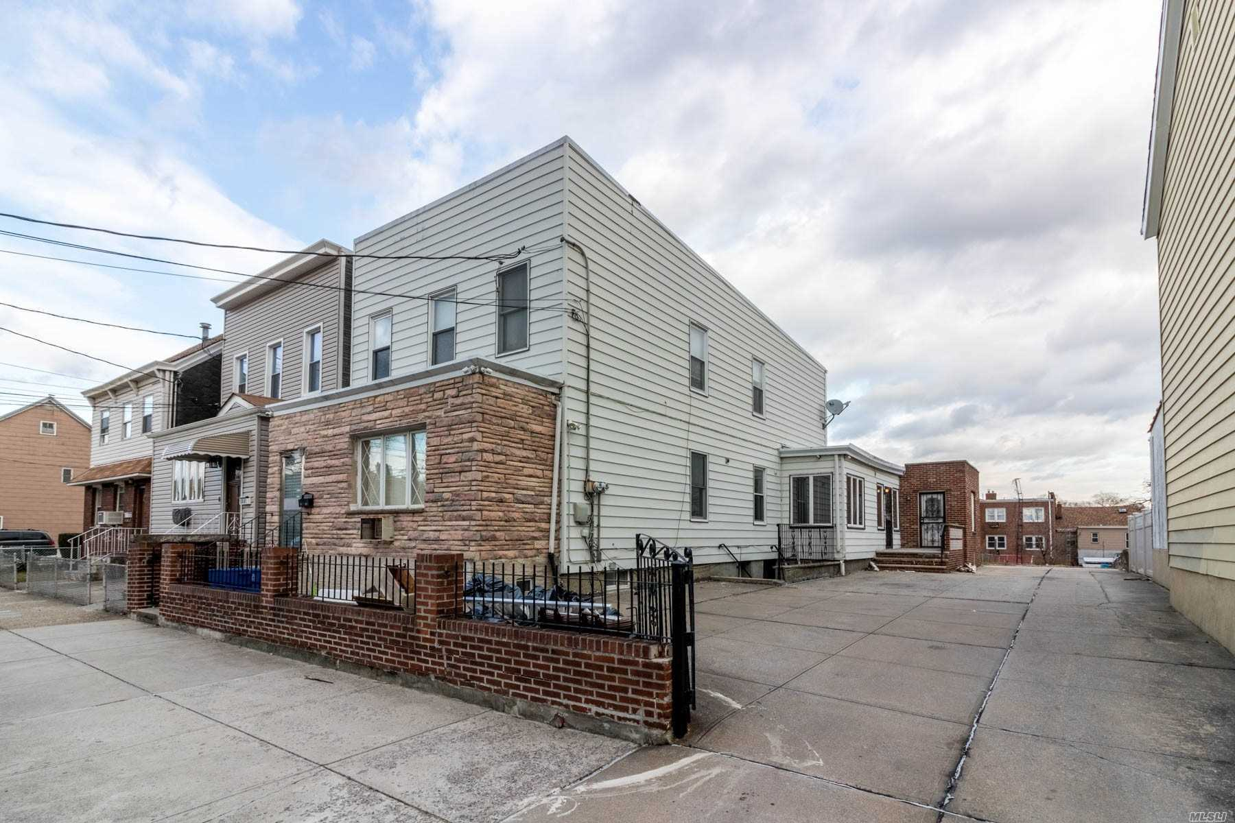 Residenziale in 66-43 79th St, Middle Village, NY ,11379