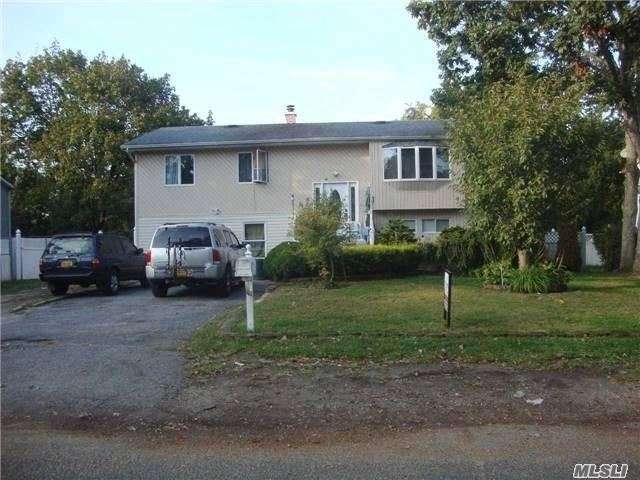 Residenziale in 99 Sycamore St, Brentwood, NY ,11717
