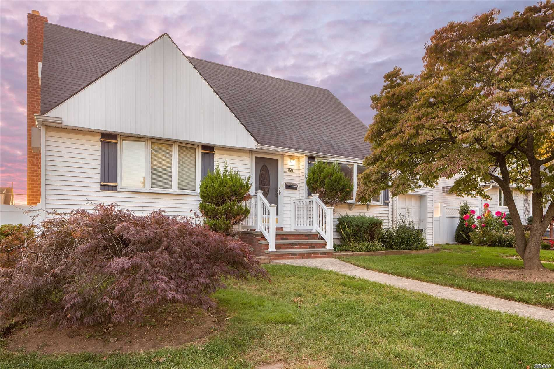 Residenziale in 156 Noell St, Levittown, NY ,11756