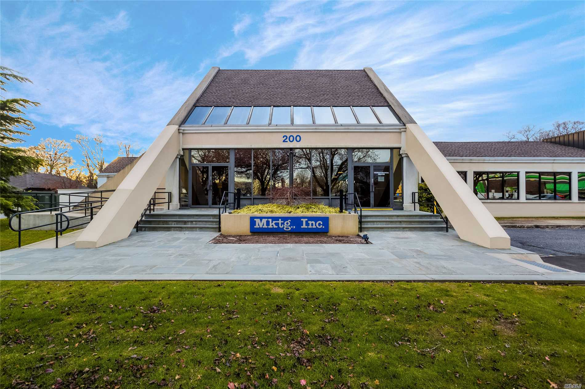Acquisto commerciale in 200 Carleton Ave, East Islip, NY ,11730