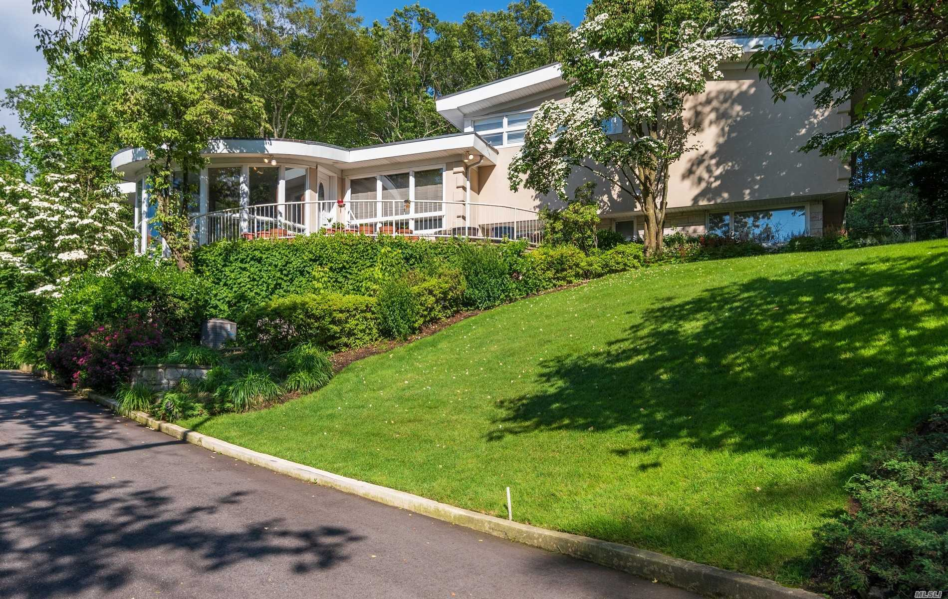 Residenziale in 245 Chestnut Dr, East Hills, NY ,11576