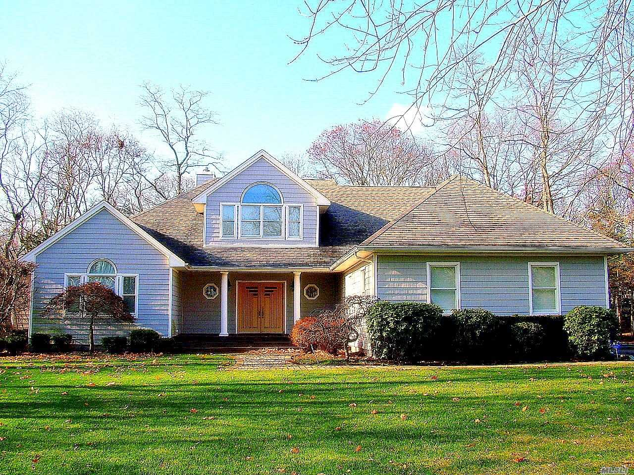 Residenziale in 441 Country S Rd, E. Patchogue, NY ,11772