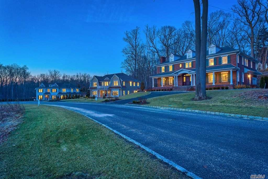 Residenziale in 112 Plymouth Ct, Manhasset, NY ,11030