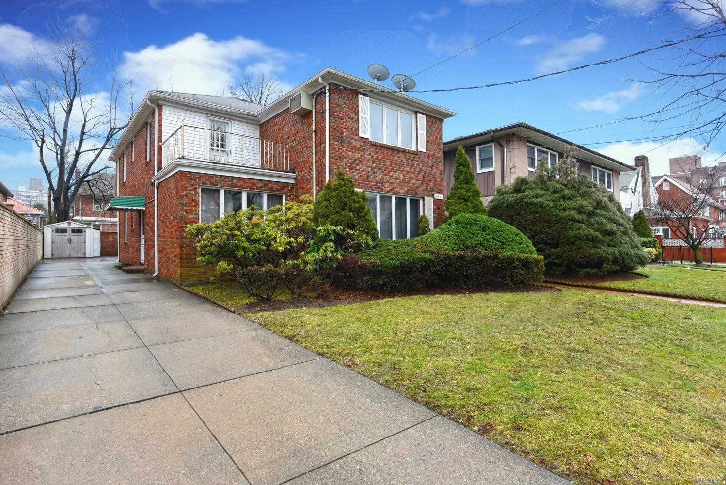 Residenziale in 108-44 69 Avenue, Forest Hills, NY ,11375