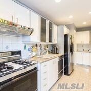Residenziale in 82-81 165th St, Hillcrest, NY ,11432