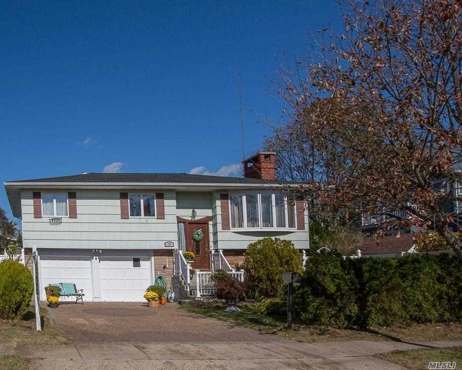 Residenziale in 10 Saltaire W Rd, Lindenhurst, NY ,11757