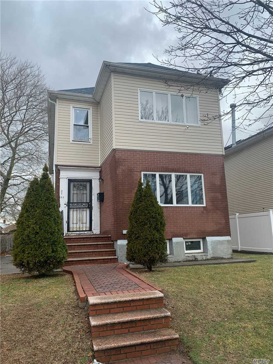 Residenziale in 82-60 259th St, Floral Park, NY ,11004