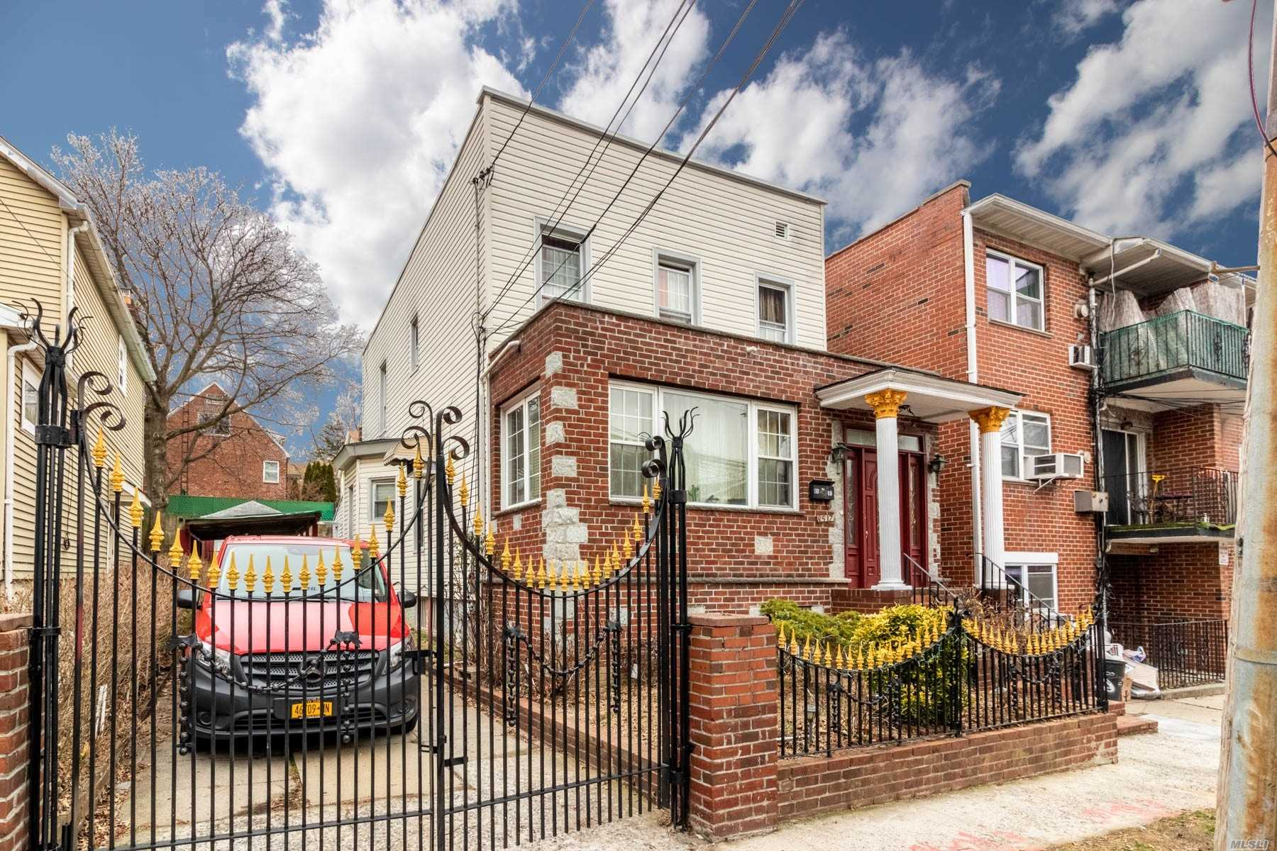 Residenziale in 85-17 60th Dr, Middle Village, NY ,11379