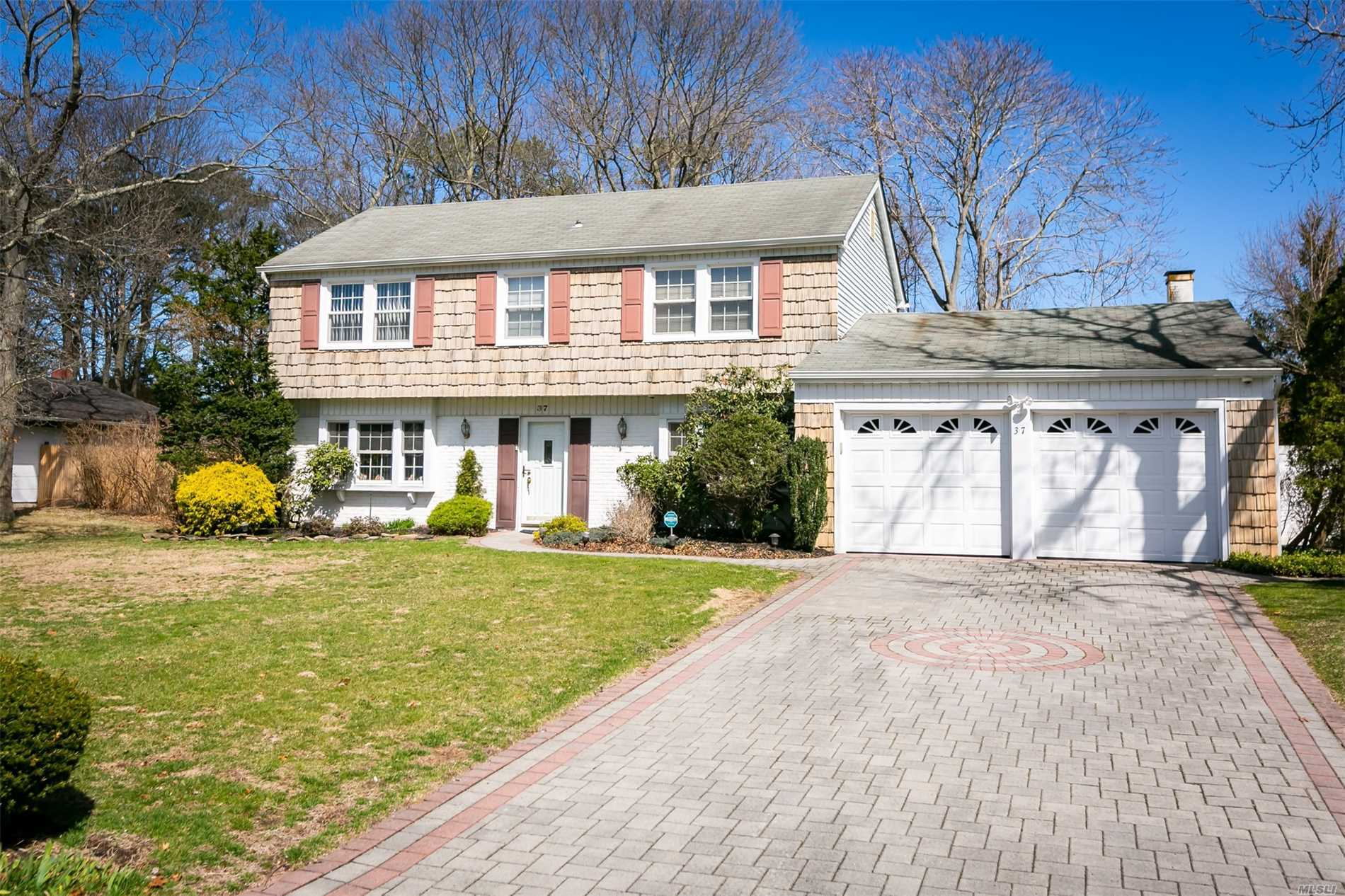 Residenziale in 37 Westbrook Rd, Coram, NY ,11727
