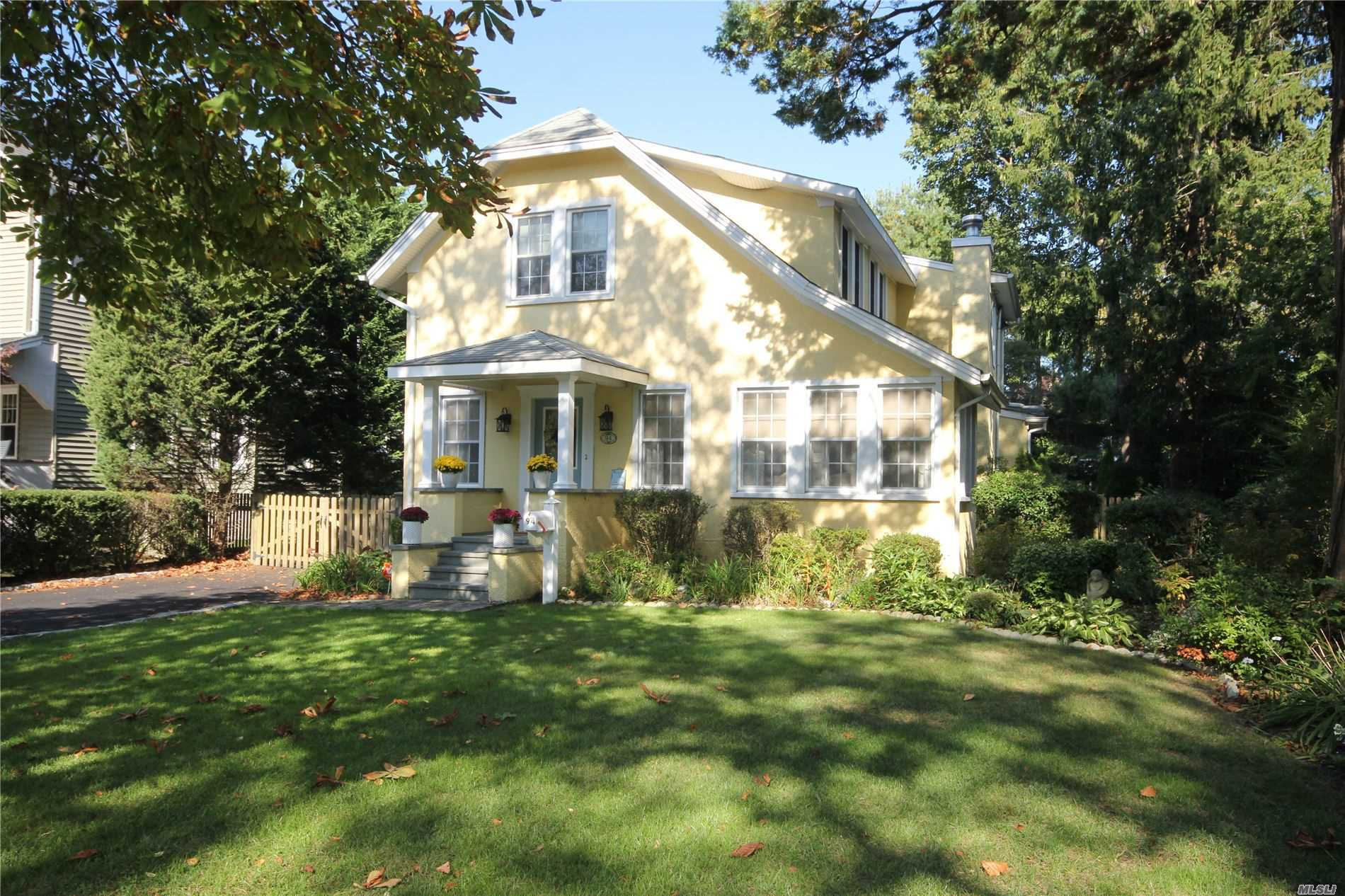 Residenziale in 94 Bayway Ave, Brightwaters, NY ,11718