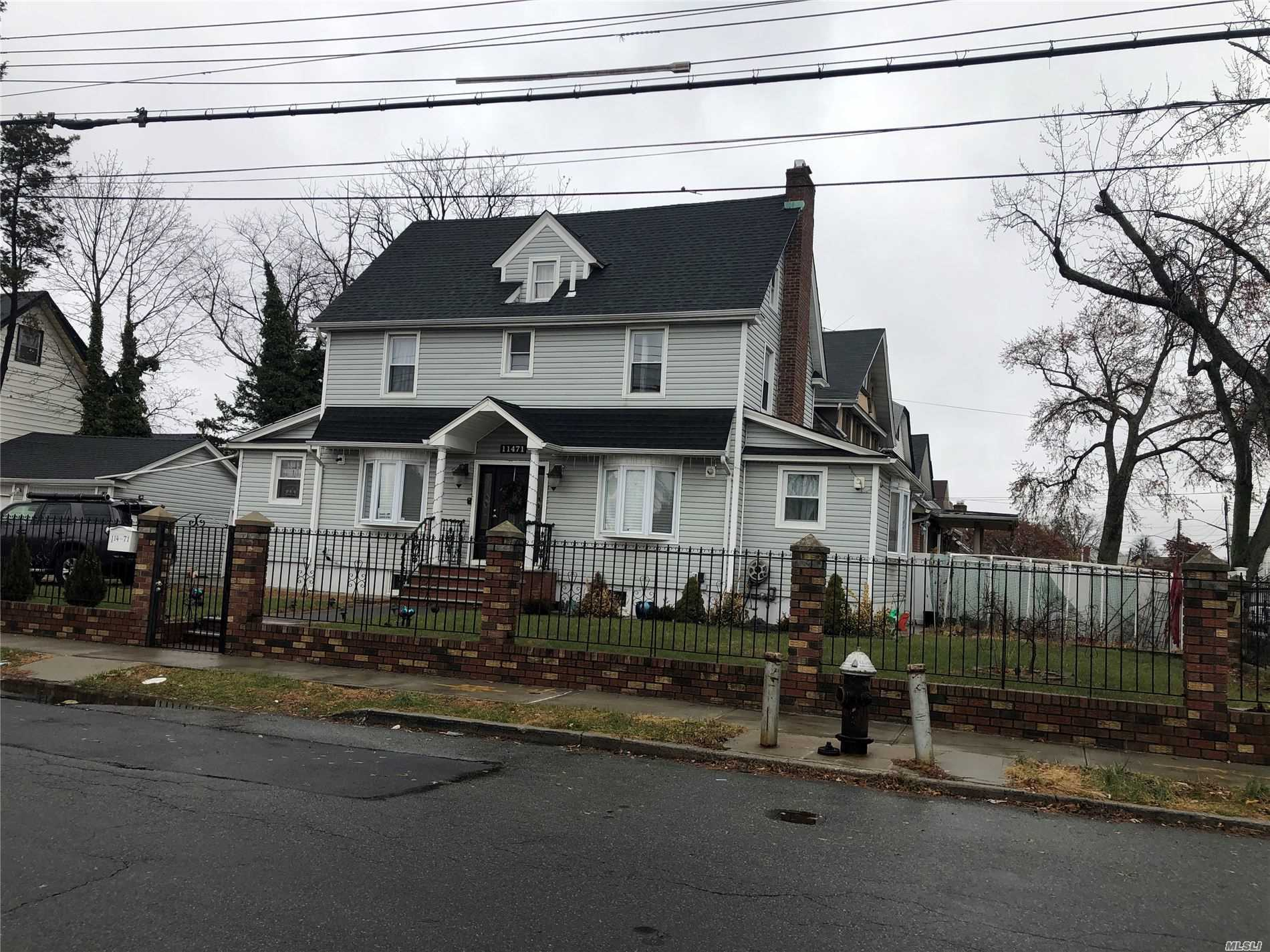 Residenziale in 114-71 Dunkirk St, St. Albans, NY ,11412