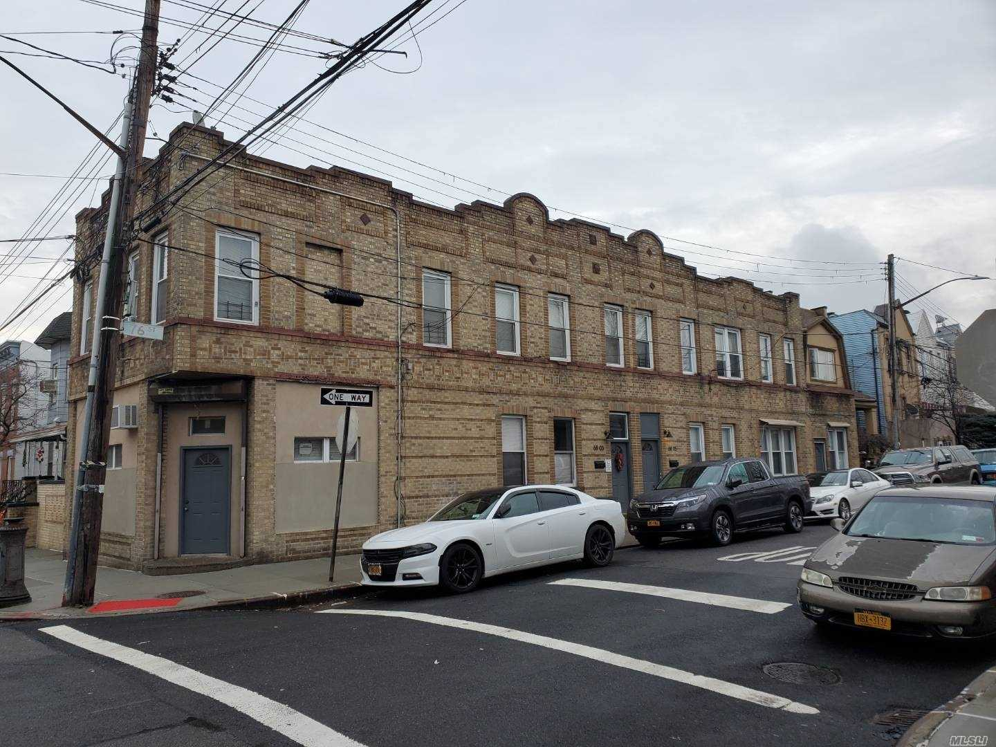 Acquisto commerciale in 6803 76 St, Middle Village, NY ,11379