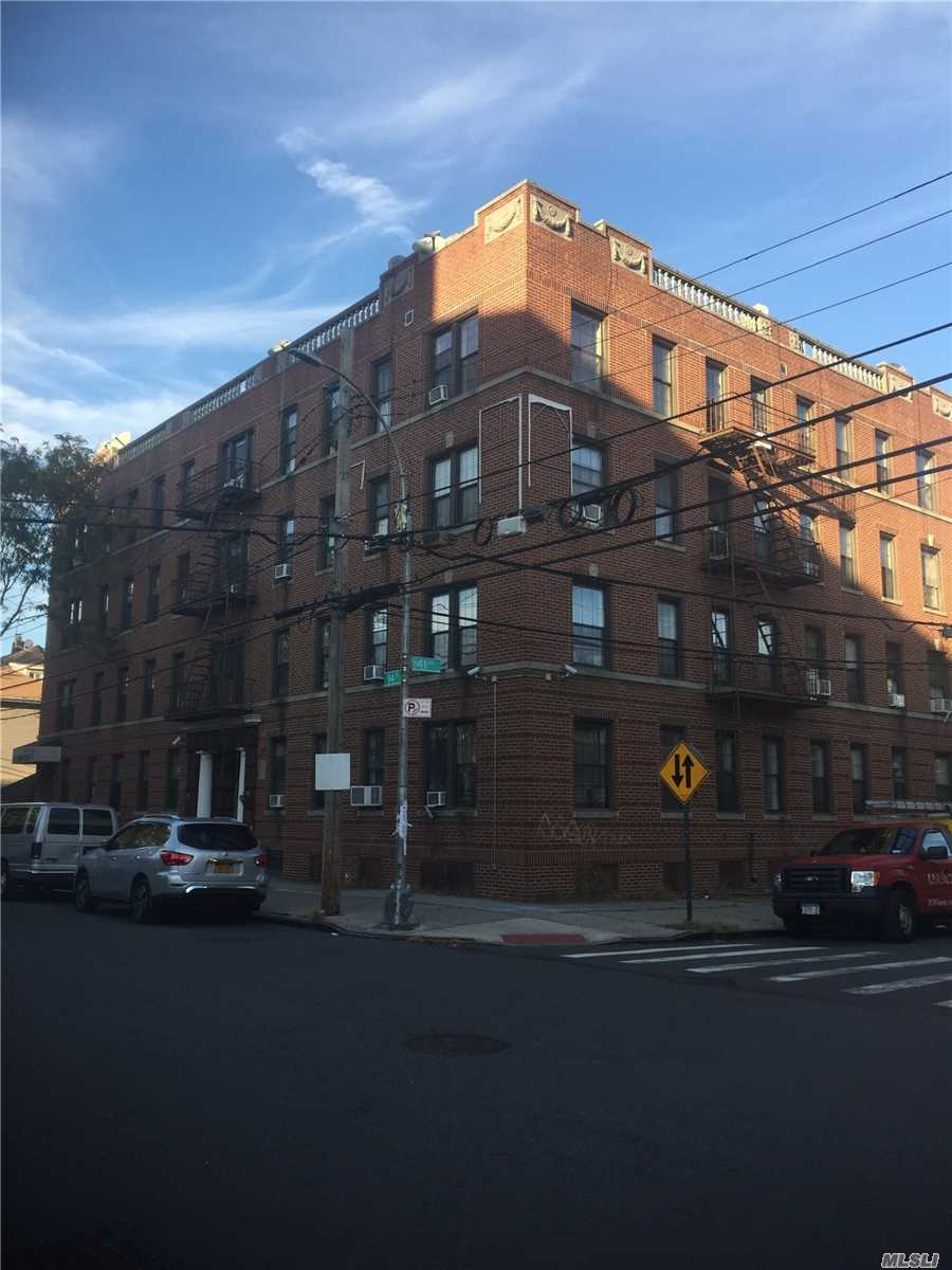 Acquisto commerciale in 40-69 94th St, Elmhurst, NY ,11373