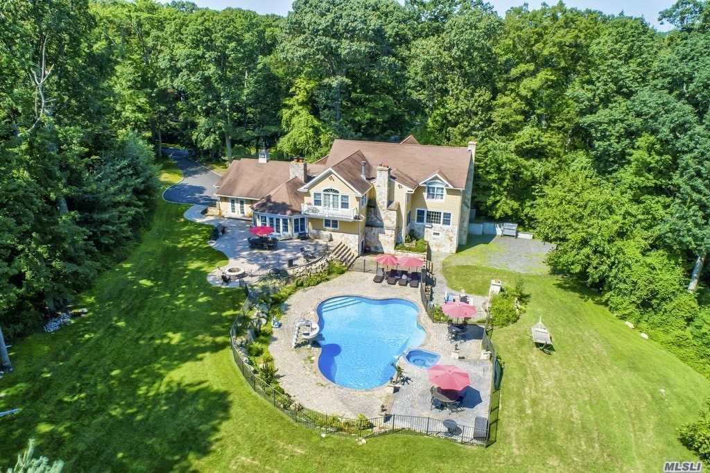 Residenziale in 32 Woodvale Dr, Laurel Hollow, NY ,11791