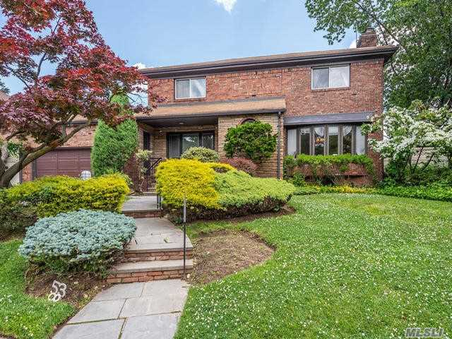 Residenziale in 85-37 210 St, Hollis Hills, NY ,11427