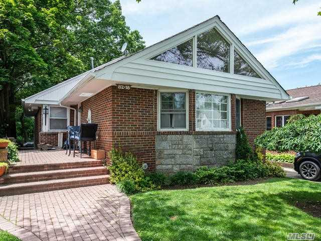 Residenziale in 82-18 209 St, Hollis Hills, NY ,11427