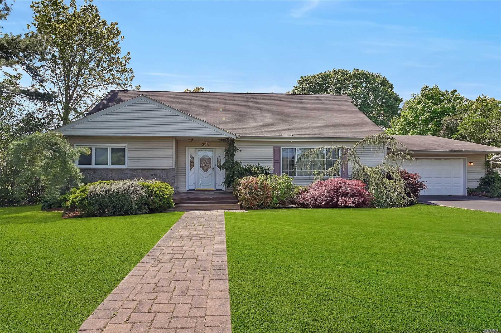 Residenziale in 320 Sunrise Ave, Sayville, NY ,11782