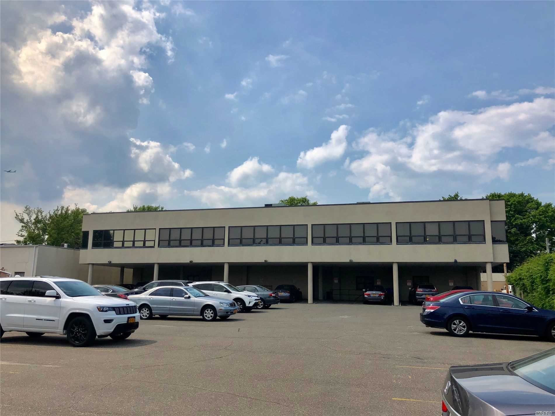 Acquisto commerciale in 346 Westbury Ave, Carle Place, NY ,11514
