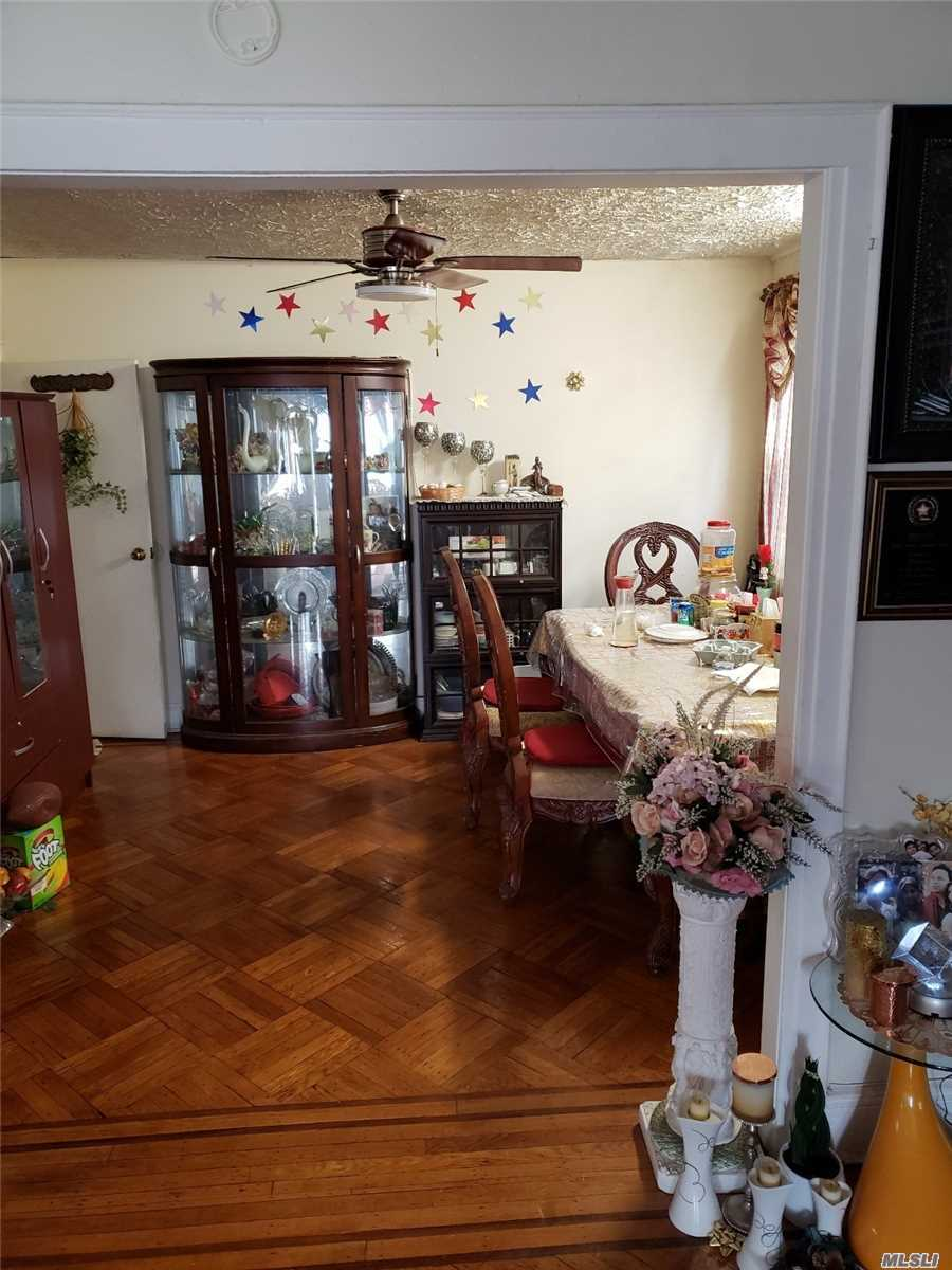 Residenziale in 89-67 210th St, Queens Village N, NY ,11427