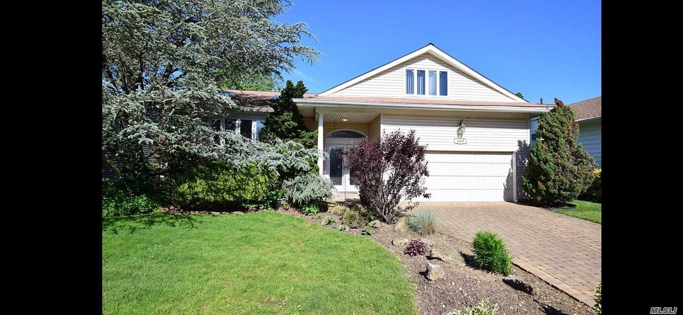 Residenziale in 1030 Carley S Ct, N. Bellmore, NY ,11710