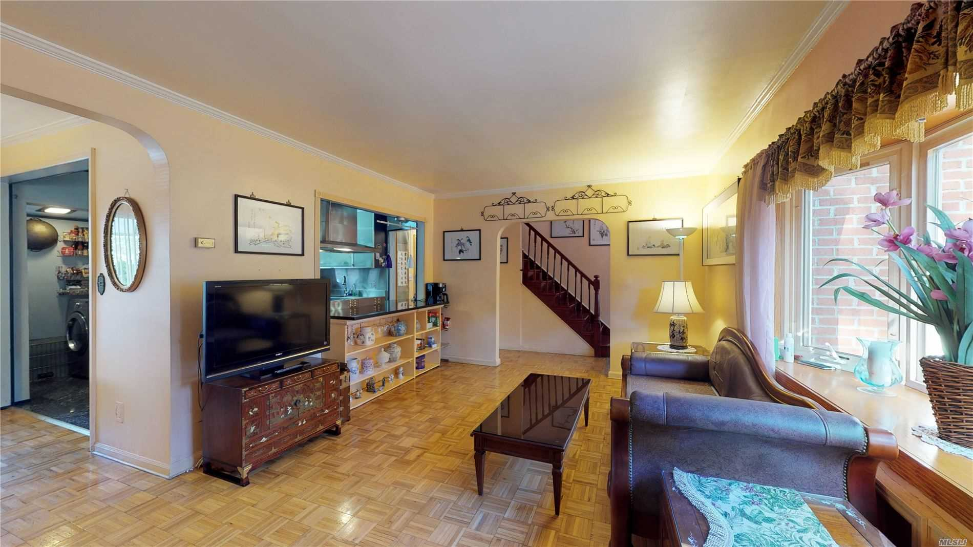 Residenziale in 218-05 Grand Central Pky, Hollis Hills, NY ,11427