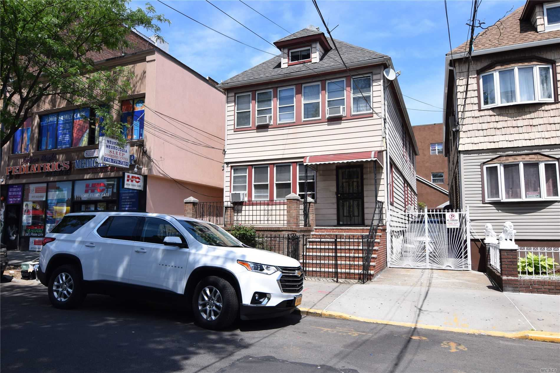 Residenziale in 37-07 92 St, Jackson Heights, NY ,11372