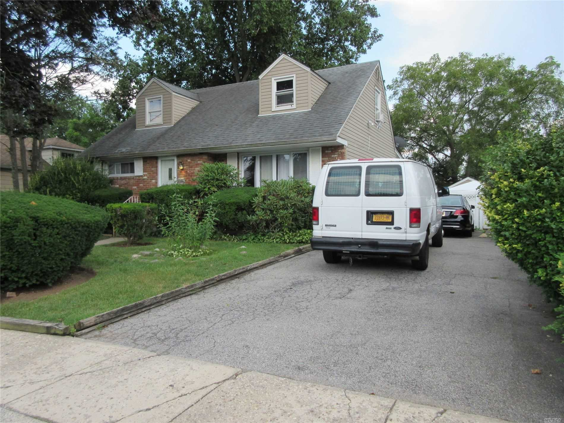 Residenziale in 584 Northern Pkwy, Uniondale, NY ,11553