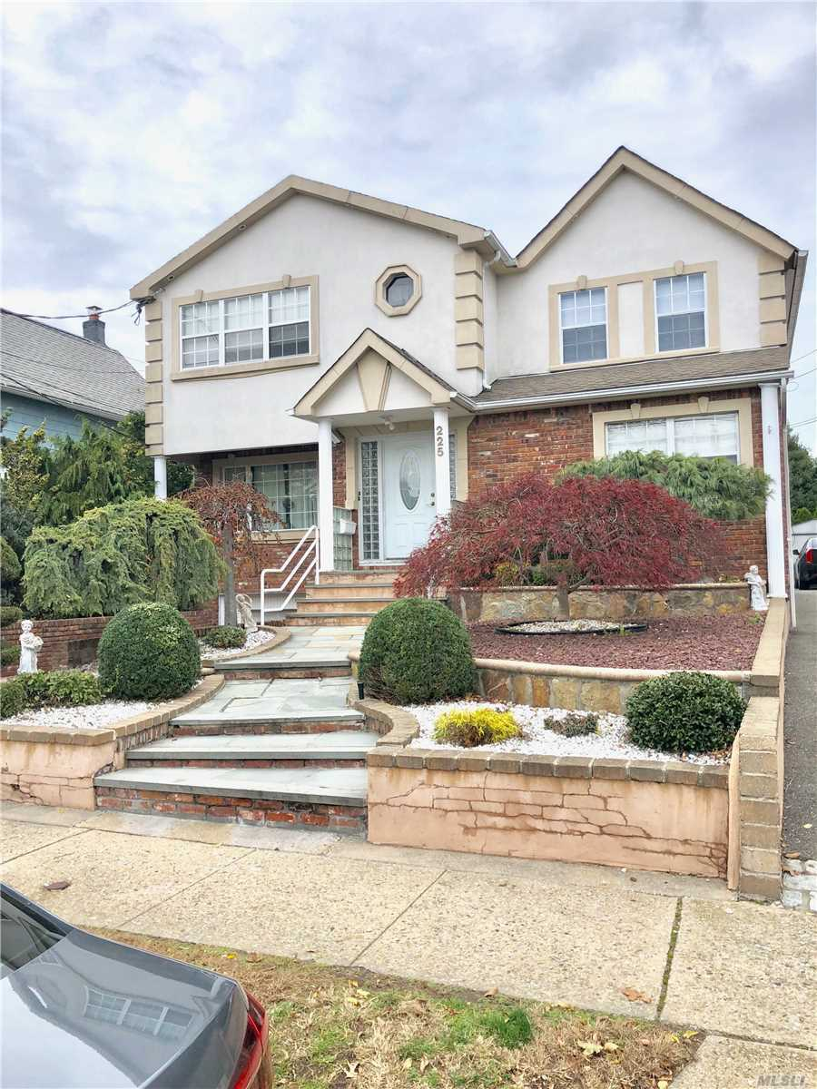Residenziale in 225 Rushmore Ave, Carle Place, NY ,11514
