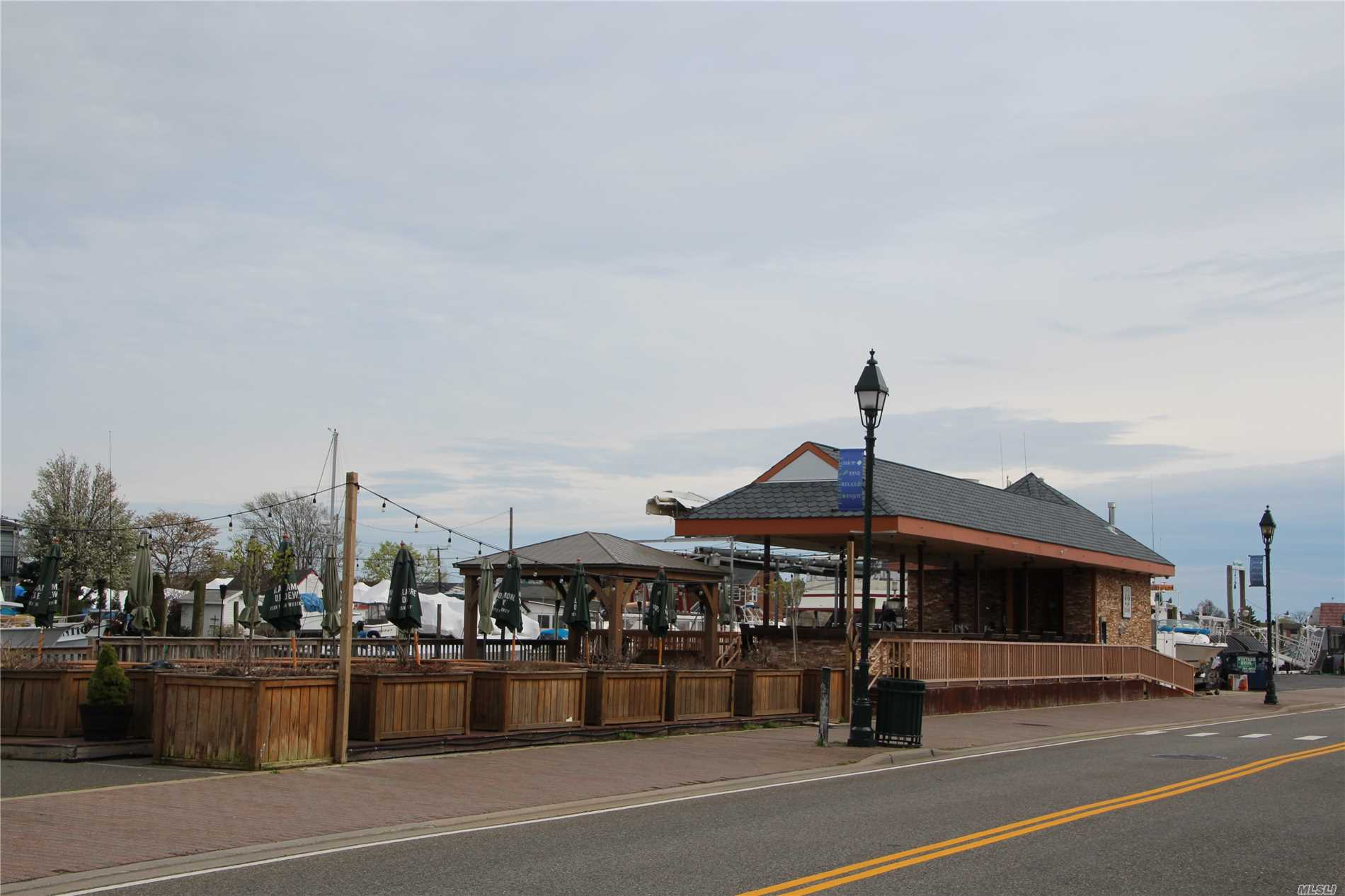 Acquisto commerciale in 39 Woodcleft Ave, Freeport, NY ,11520