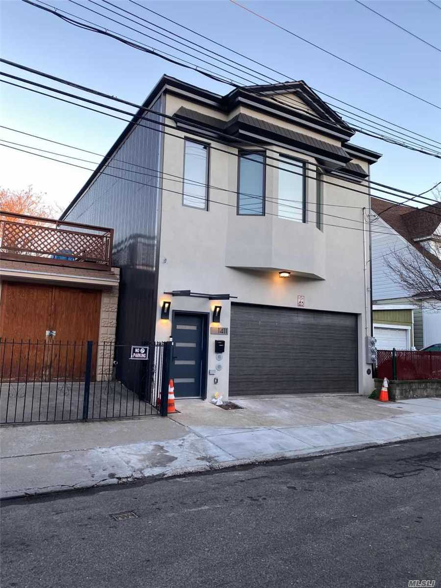 Residenziale in 14-11 114 St, College Point, NY ,11356