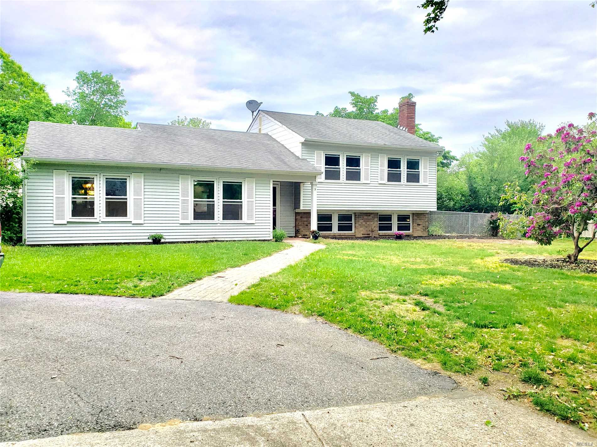 Residenziale in 5 Lake Placid Ct, Coram, NY ,11727