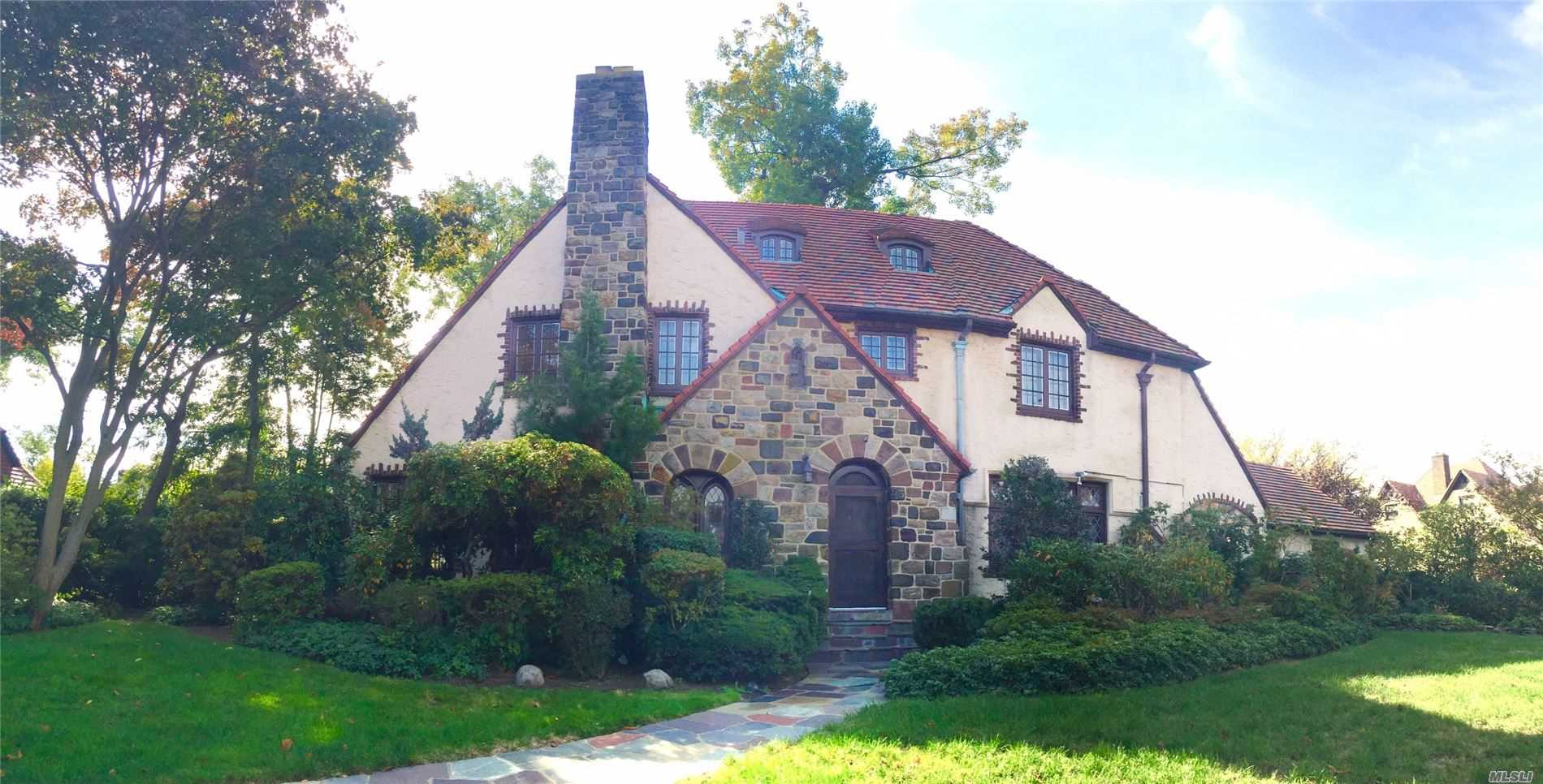 Residenziale in 55 Exeter St, Forest Hills, NY ,11375