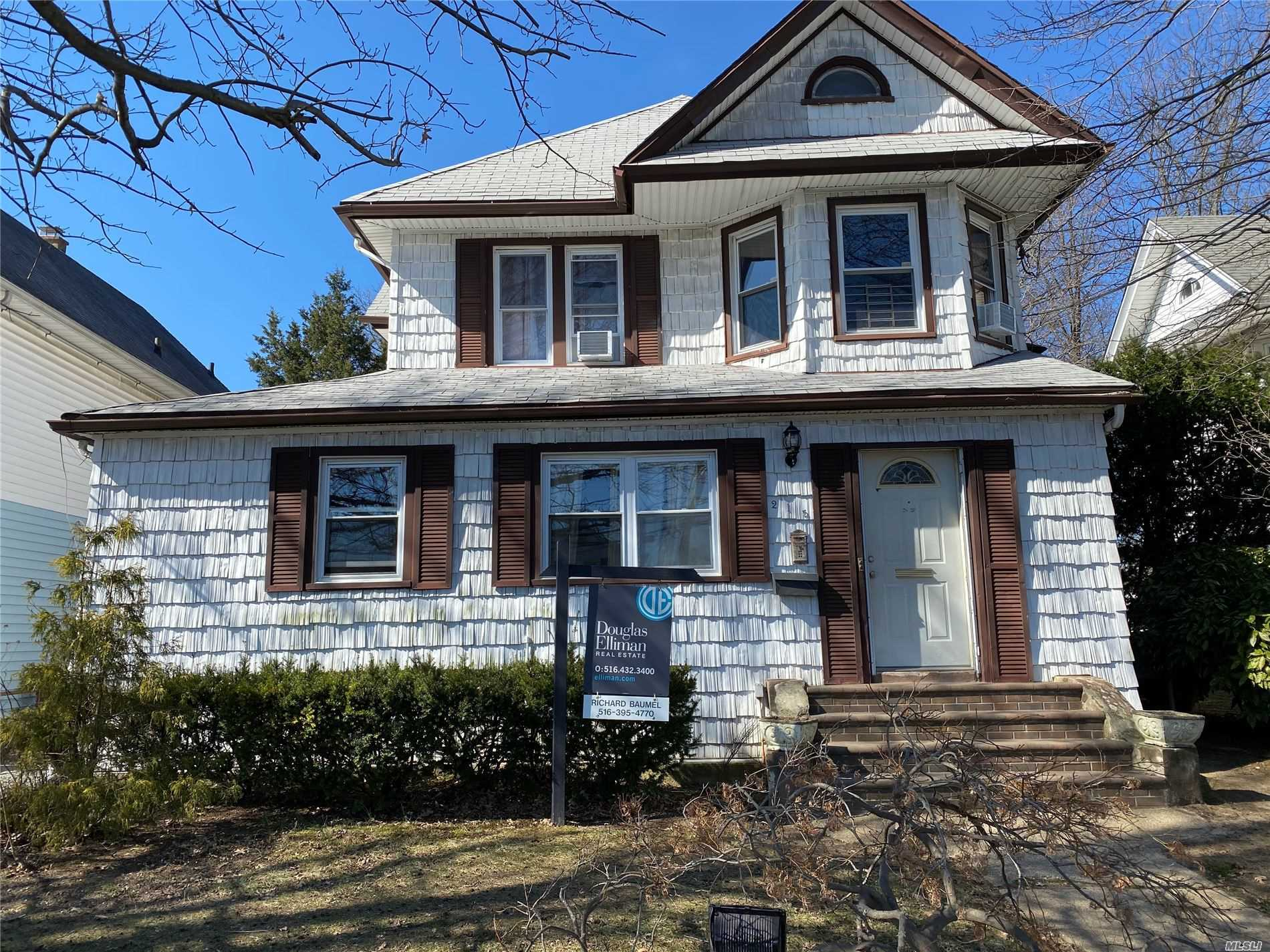 Residenziale in 215 Vincent Ave, Lynbrook, NY ,11563