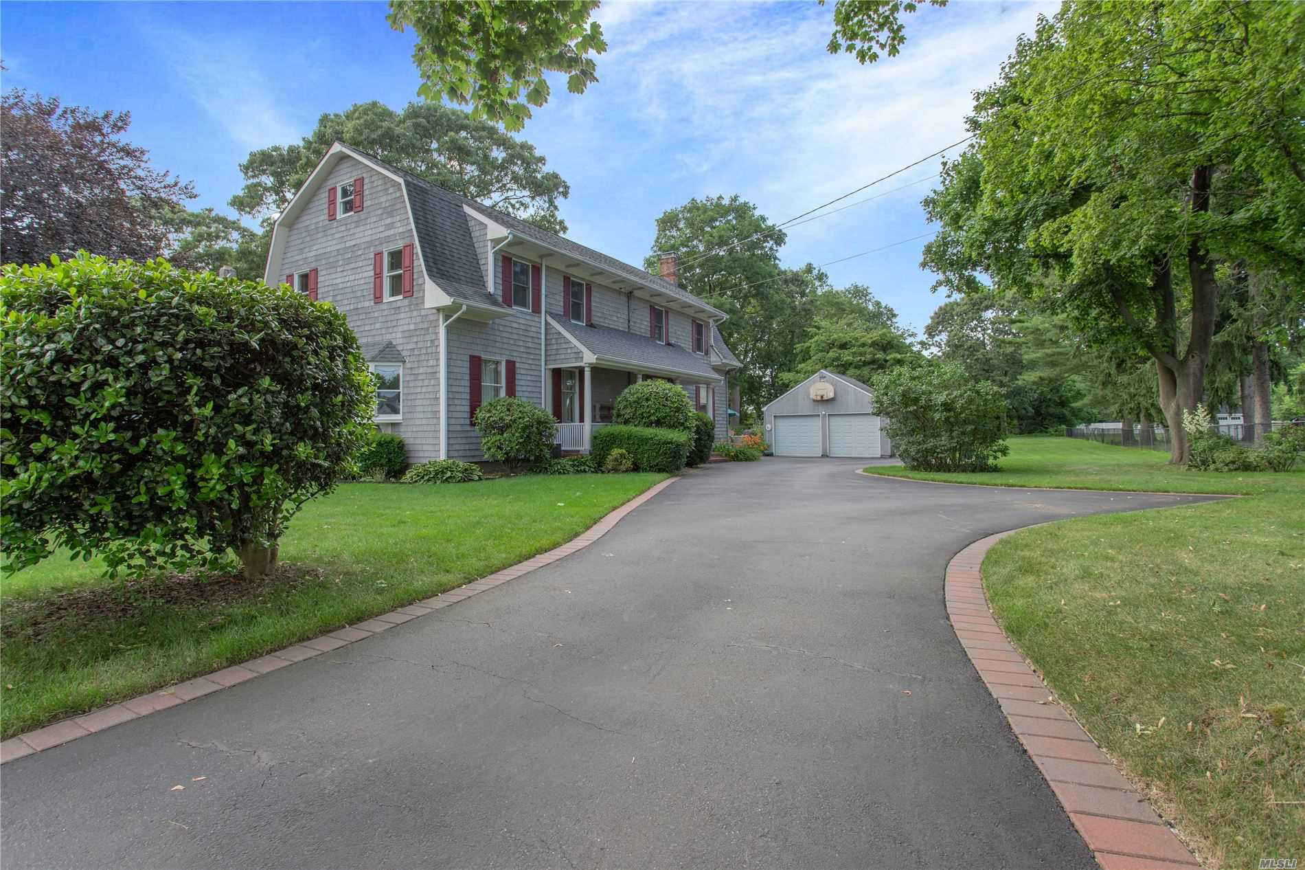 Residenziale in 57 Clay Pitts Rd, Greenlawn, NY ,11740