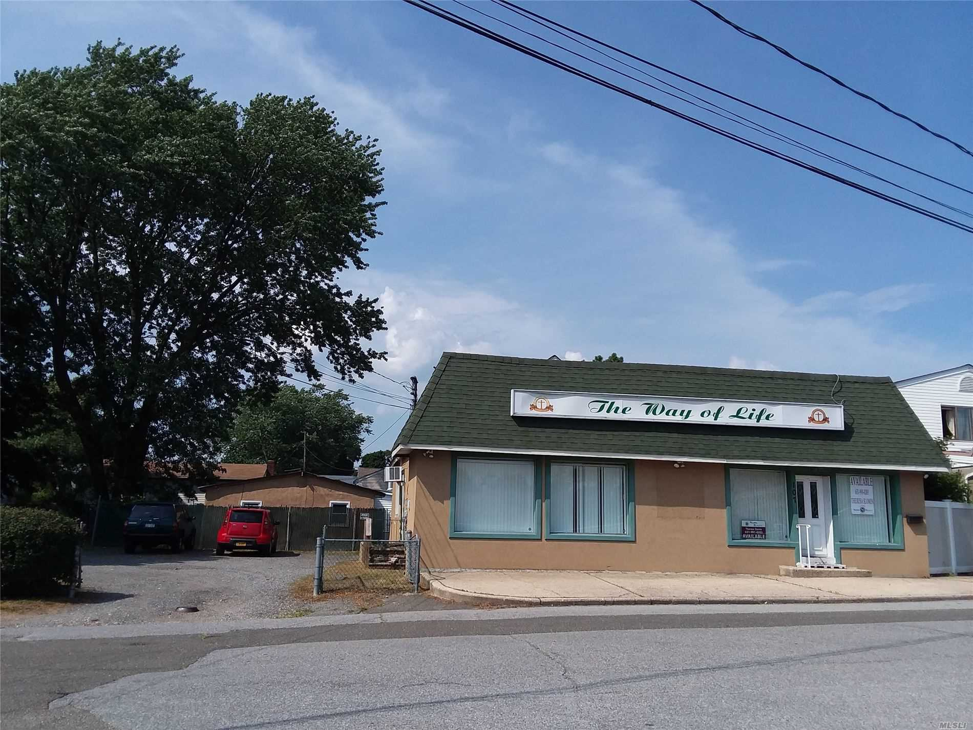 Acquisto commerciale in 107 Sunrise W Hwy, Lindenhurst, NY ,11757