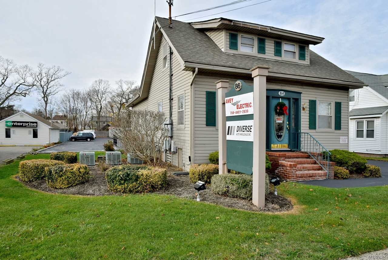 Acquisto commerciale in 86 Medford Ave, Patchogue, NY ,11772