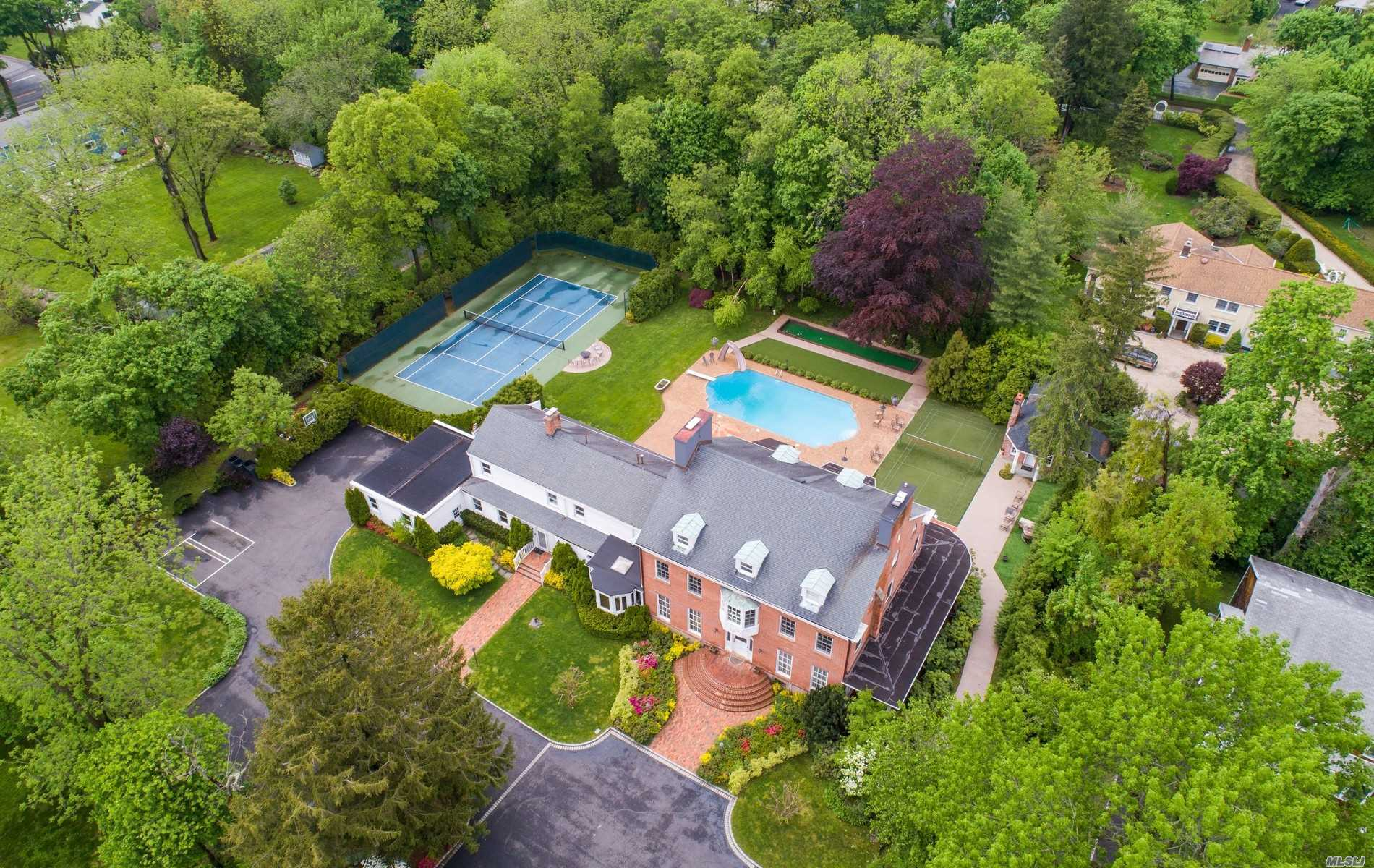 Residenziale in 501 Old Westbury Rd, East Hills, NY ,11577