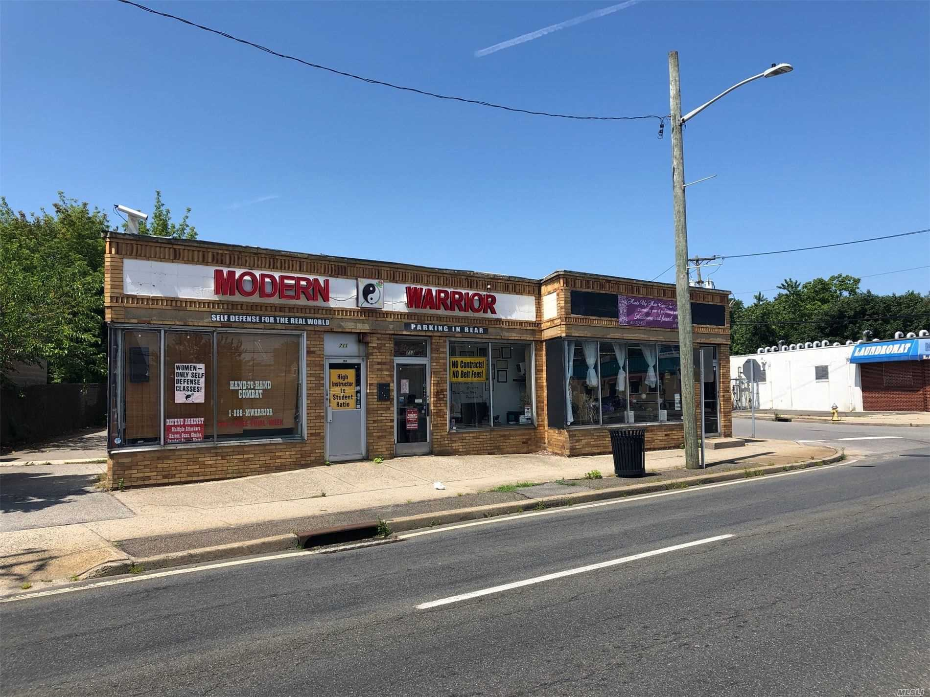 Acquisto commerciale in 711-715 Wellwood N Ave, Lindenhurst, NY ,11757