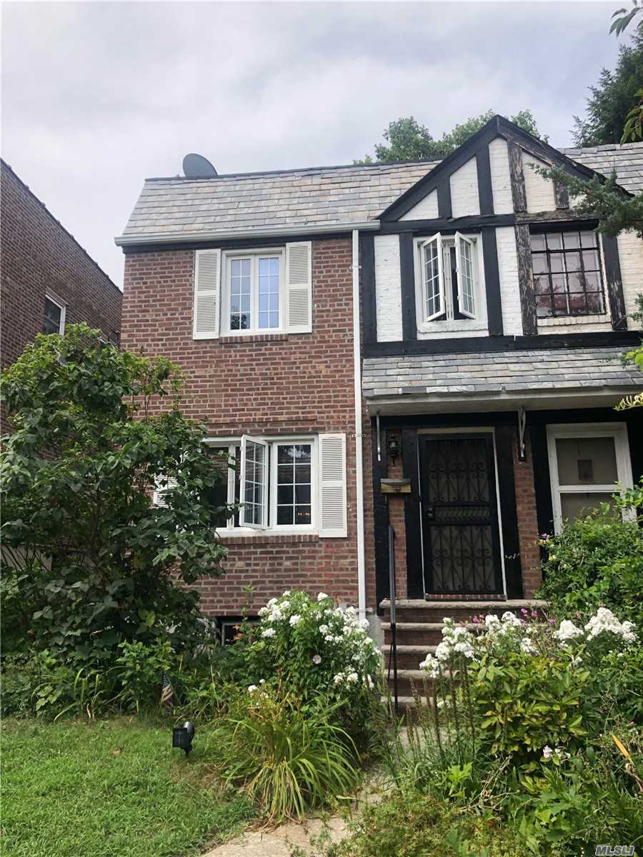 Residenziale in 82-04 167th St, Hillcrest, NY ,11432