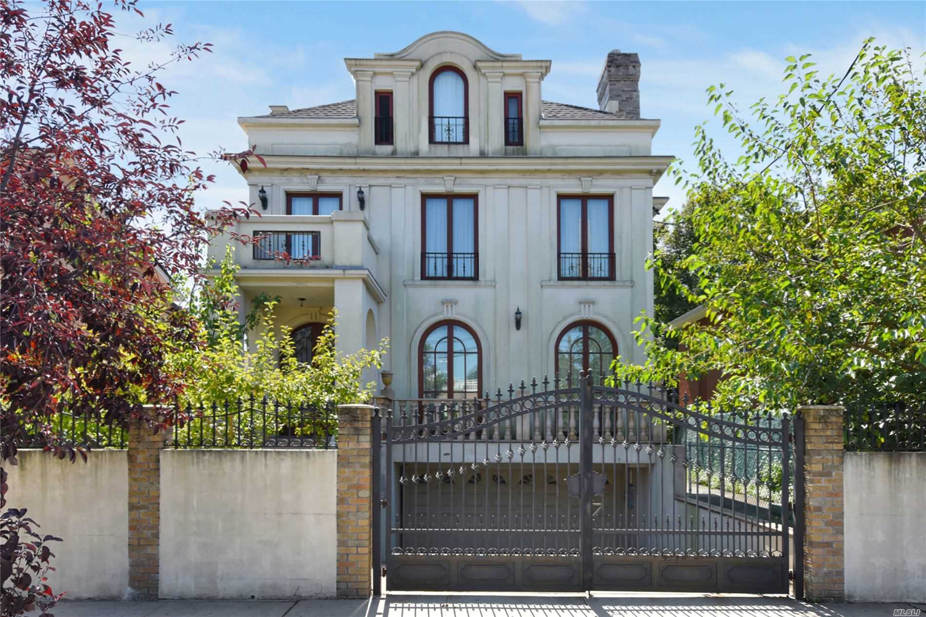 Residenziale in 110-34 Jewel Ave, Forest Hills, NY ,11375