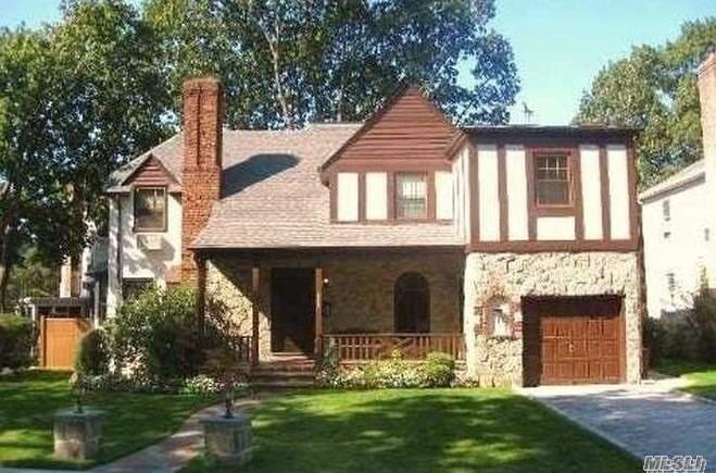 Residenziale in 80-30 221 St, Hollis Hills, NY ,11427