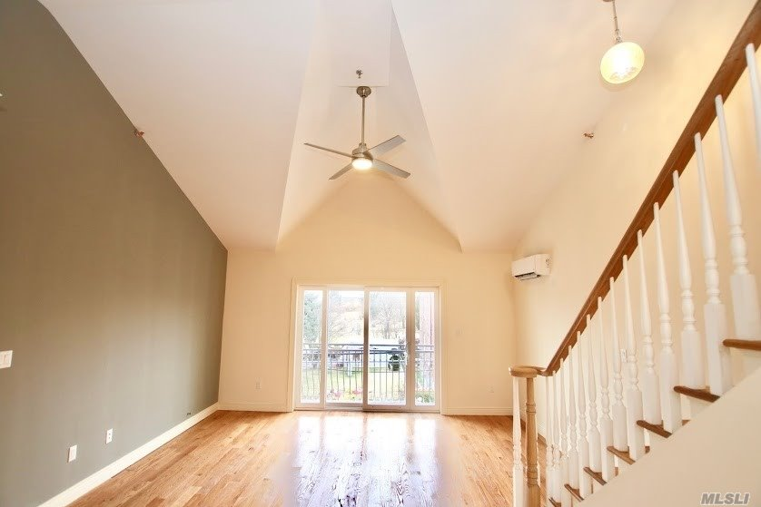 Residenziale in 67-43 73 Pl, Middle Village, NY ,11379