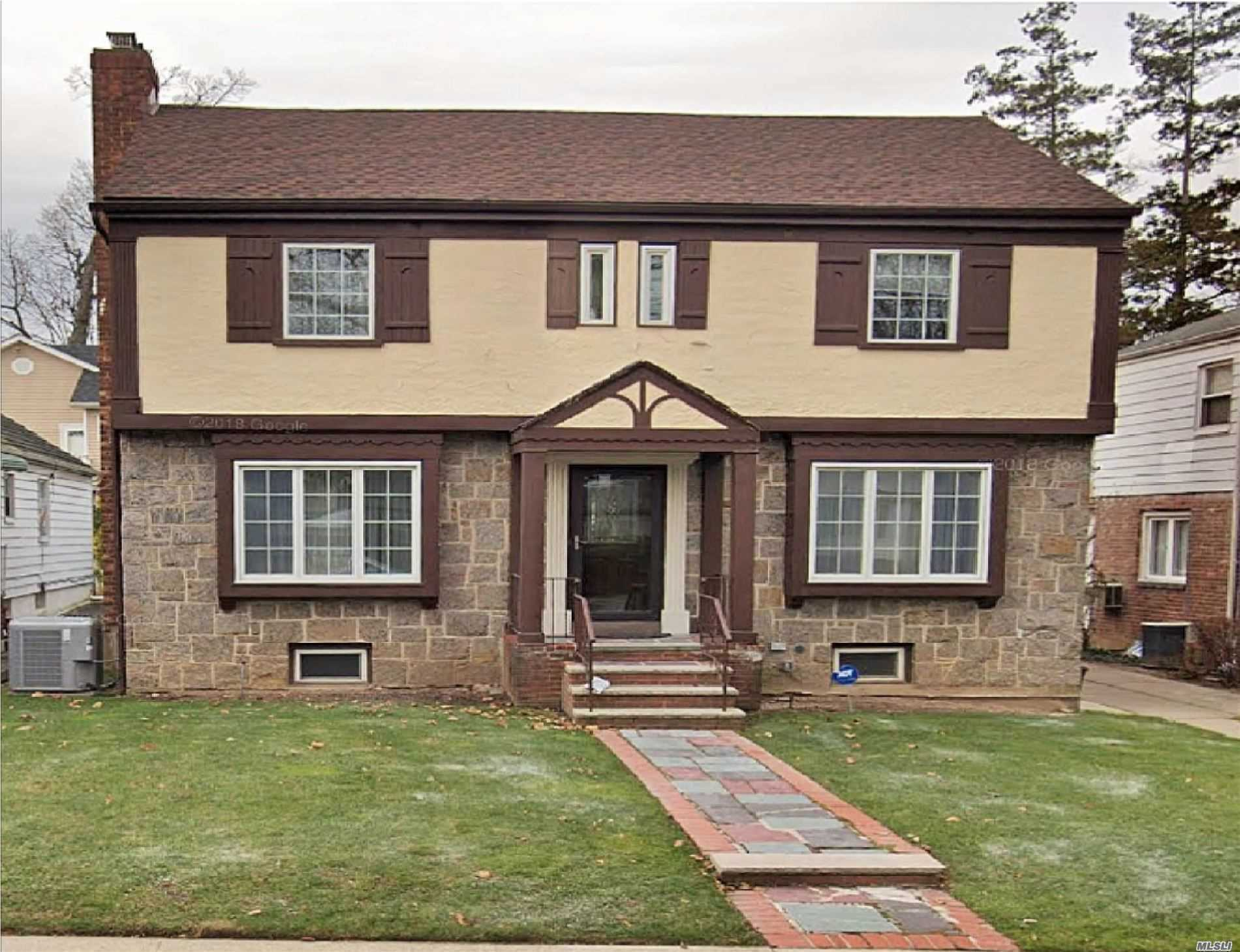 Residenziale in 80-64 212th St, Hollis Hills, NY ,11427