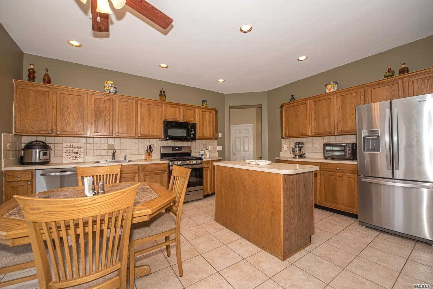 Residenziale in 14 Clover Meadow Ct, Holtsville, NY ,11742