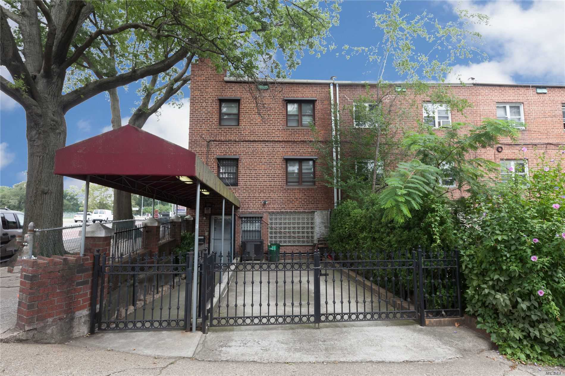 Residenziale in 8504 67th Rd, Rego Park, NY ,11374