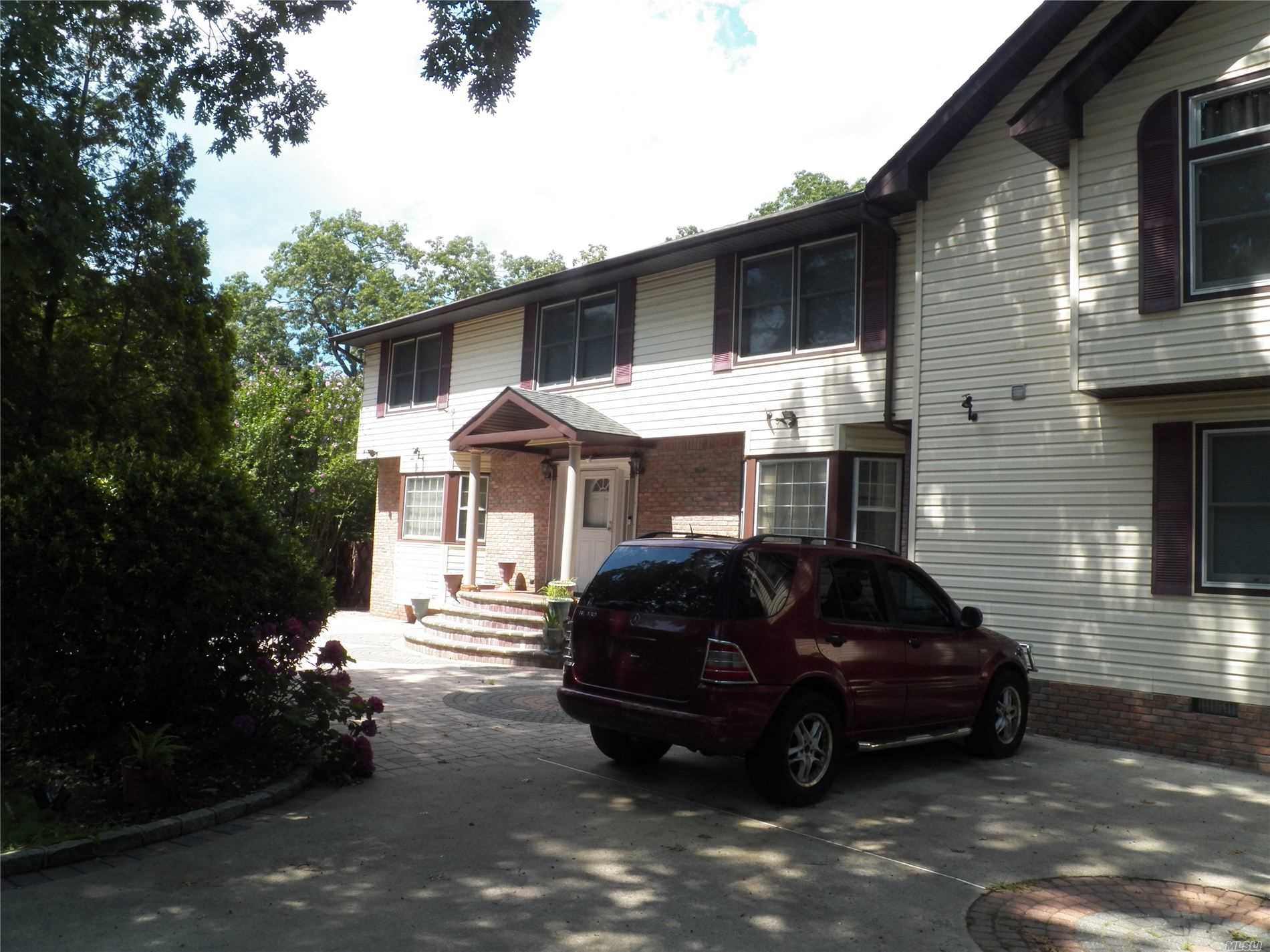 Residenziale in 251 Southlawn Ave, Central Islip, NY ,11722